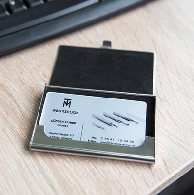 Visitenkartenbox Silber 97 x 68 mm geöffnet auf Tisch mit Inhalt