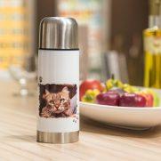 Edelstahl-Thermosflasche Weiß bedruckt Katze auf Tisch